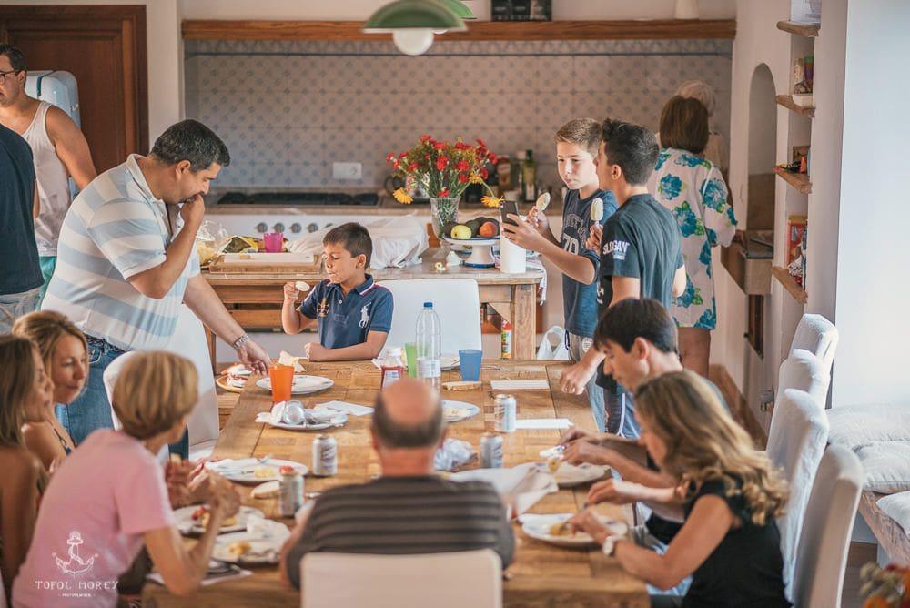 Familia novios comiendo